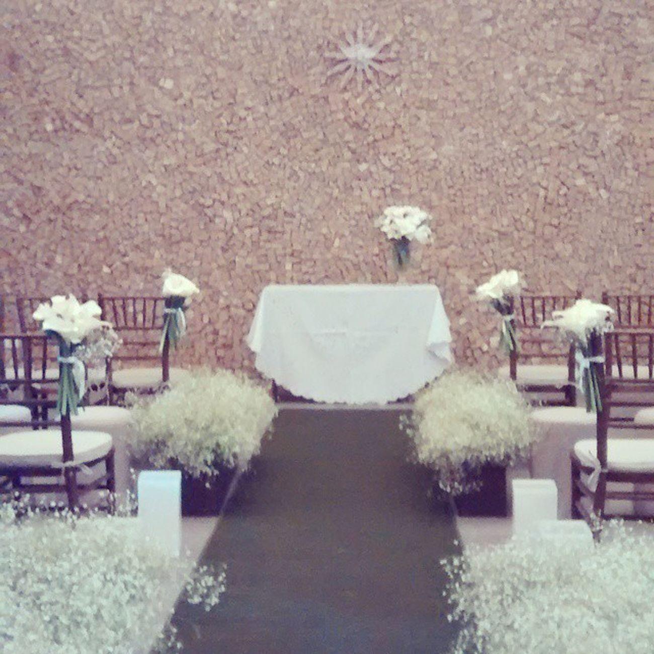 A delicada nave da noiva para a emocionante cerimônia! Cerimoniadecasamento Altardosnoivos Weddingdecor Decoracaodefestas Dd2decor Solove Casamentocarolerodrigo Bibigastronomia Decoracaodecasamento