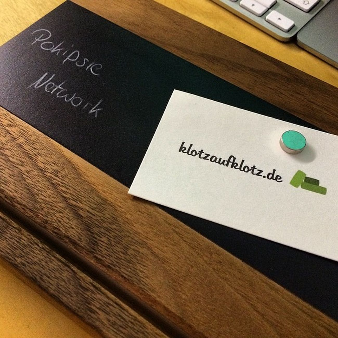Heute mal ein Holz-Gadget. Das Schlüsselbrett Nussbaum von #KlotzAufKlotz - schön sauber verarbeitete deutsche Wertarbeit. Mit integrierter tafelfolie für kleine Notizen #gadget #haus #wohnung #accessoire #style #natur #holz Natur Holz Haus Style Gadget Wohnung Accessoire Klotzaufklotz