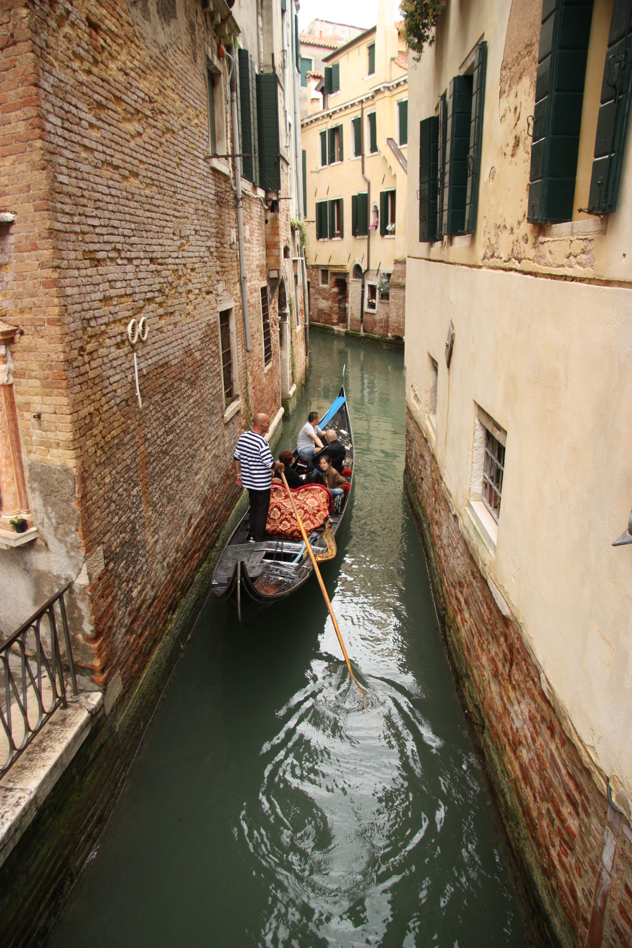 #veneza #Venice #Venezia #Italy #Italia #Europe Architecture Boat Building Exterior Canal Gondola Nautical Vessel Real People Transportation Water