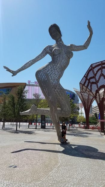 Sunlight Architecture Wire Mesh Woman Sculptures Lady Wifey♡ Travel Destinations Las Vegas NV Cool ArtWork Check This Out Samsung Galaxy S7 Edge Hello World Hi! No Filter, No Edit, Just Photography Bridge - Man Made Structure Walkway
