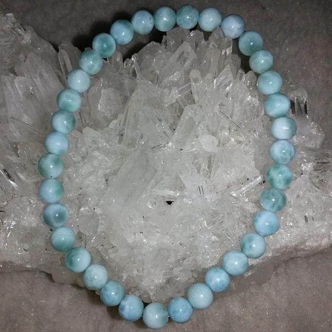 拉利瑪石/藍針鈉鈣石5mm手鏈 Larimar拉利瑪石,俗稱藍針鈉鈣石,是針鈉鈣石Pectolite的變種,只產於多米尼加共和國西海岸的巴拉奧納Barahona。 拉利瑪石實際是由鈉鈣硅酸鹽氫氧化所組成的Pectolite。 仍三斜晶系,化學式NaCa2Si3O8 (OH),硬度4.6-5 .0,淺藍和天藍色是其獨有的顏色。拉利瑪石的產量稀少,且產量不斷下降,因此價格持續上漲中,極富收藏價值的大自然寶石! 功能:代表和平快樂的寶石,可增強果斷性,促進感情和諧及情感的控制力,增強人際關係。有助舒解憂鬱情緒,令人心境開朗。對應喉輪,對呼吸系統有極大的助益。 能改善呼吸系統疾病,舒緩頭痛,可令人冷靜思考,開發個人潛能,使思路清晰透徹。 拉利瑪 針鈉鈣石 礦石 水晶 天然水晶 hk hkig hkiggirl hkgirl onlineshop hkonlineshop girls igbuy igbuyer hkonlineshopping hkigshop 852 852shop 手飾 飾物 現貨 hkseller 戀愛 愛情 星座 手鏈 吊咀