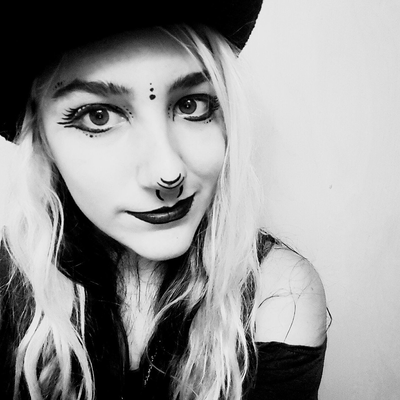 Looking At Camera Portrait Close-up Smiling Front View Human Face Headshot Adult Beauty Witchy Black And White Witch Facepaint Selfıe Bowler Hat Young Adult Beautiful Woman Only Women Beautiful People One Person Adults Only Young Women One Woman Only One Young Woman Only People