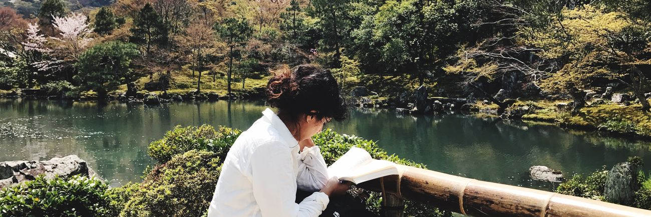 What a fantastic scene for reading Reading Lady Ladyphotographerofthemonth Tree Real People Rear View Water Nature Women Outdoors Lake Mature Adult Leisure Activity Day Lifestyles Adults Only Adult Men Beauty In Nature Only Women Sky People Scenics Scenery Fantastic View EyeEmNewHere The Great Outdoors - 2017 EyeEm Awards