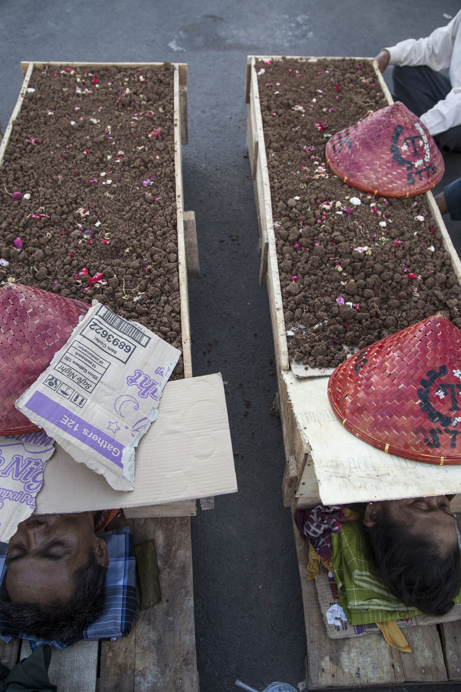 Karawang Farmers Buried their body on grave made by wood in front of Indonesia Palace and Joko Widodo did not care!! Their Land wipe out by LandLord and they Asked Jokowi promises for Agraria Reform but it just fake campaign during Election. Fuccccckkkkkk!! #indonesia #farmers #landlord Alive  Buried Farmer Farmers Grave INDONESIA Jokowidodo Lanlord