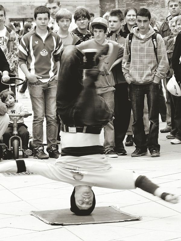 Urban Lifestyle Street Streetphotography Shoppers Street Performance Headspin Streetdance Vienna Bankholidayweekend Street Performer