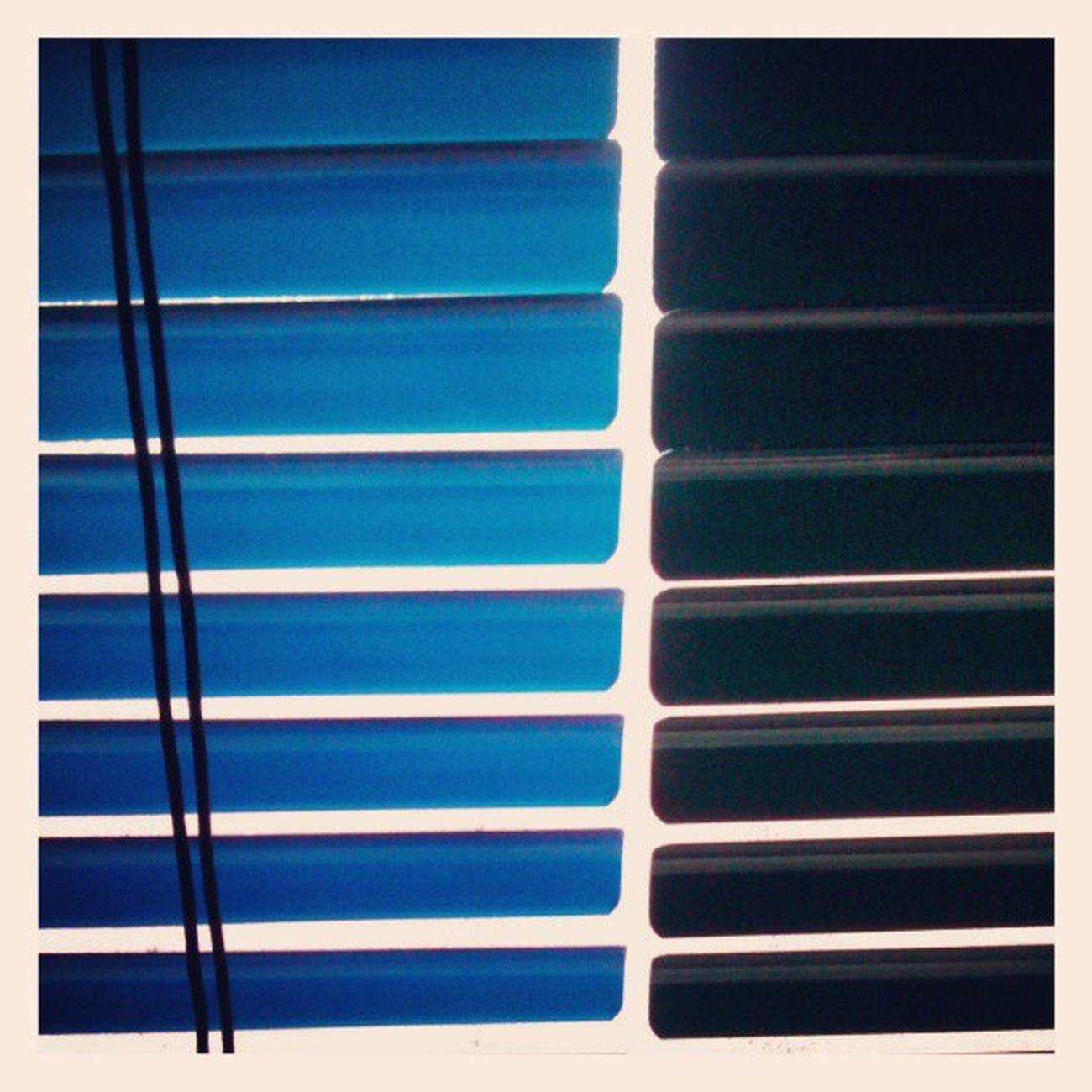 Mirillas. Fernandoluna . Fotografosvenezolanos . Cosascotidianas . Contraluz . persianas. azul. lineas. venezuela. ventana. duetono. fb