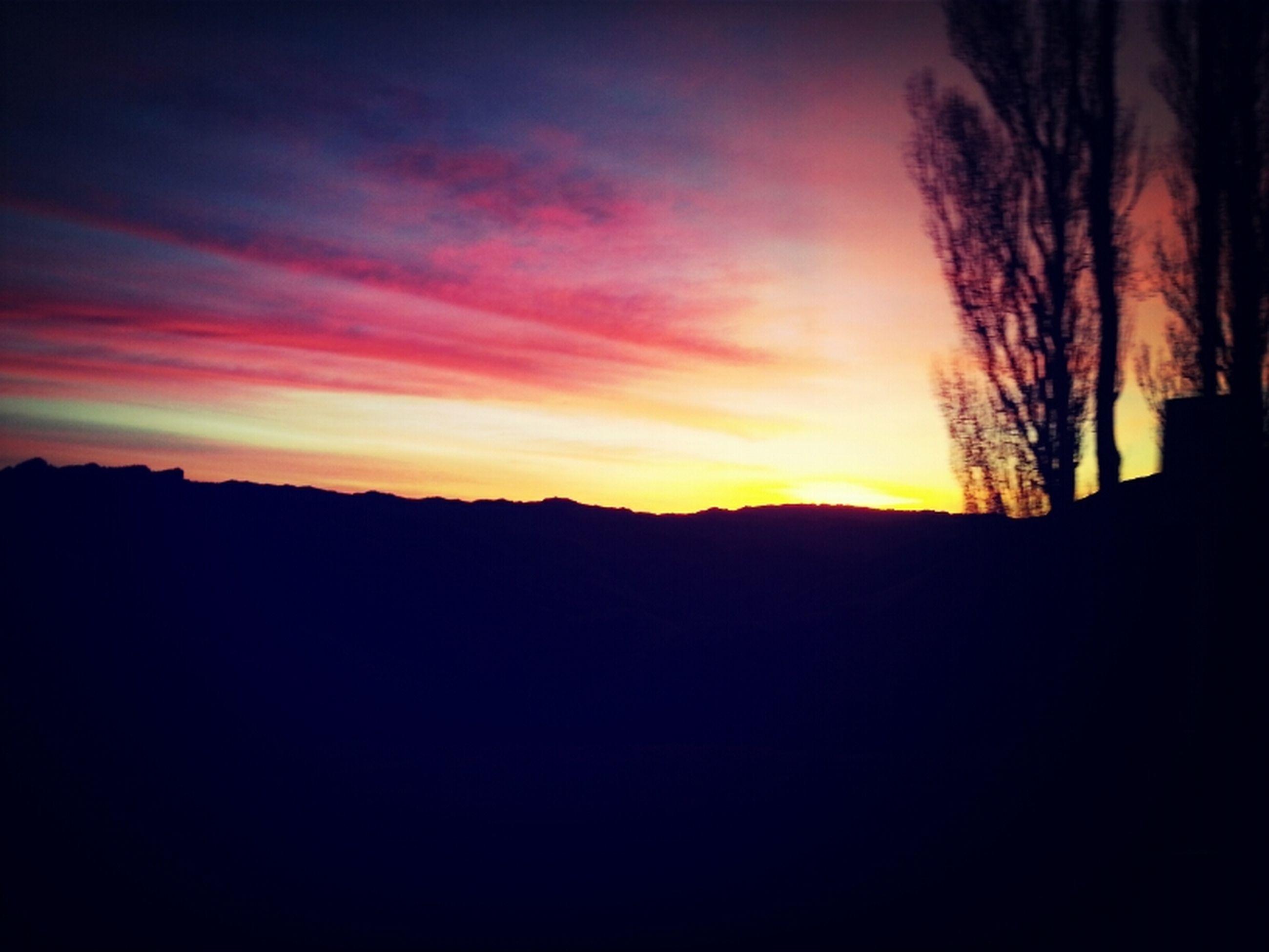 silhouette, sunset, scenics, tranquil scene, tranquility, beauty in nature, sky, dark, landscape, nature, idyllic, orange color, outline, dramatic sky, dusk, copy space, tree, cloud - sky, mountain, majestic