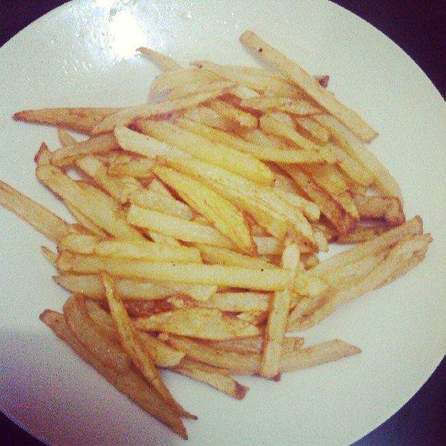 taraaaaan! cooked homemade potato fries for my juno! Ang hirap gawin.. lol ! Food Is 💕