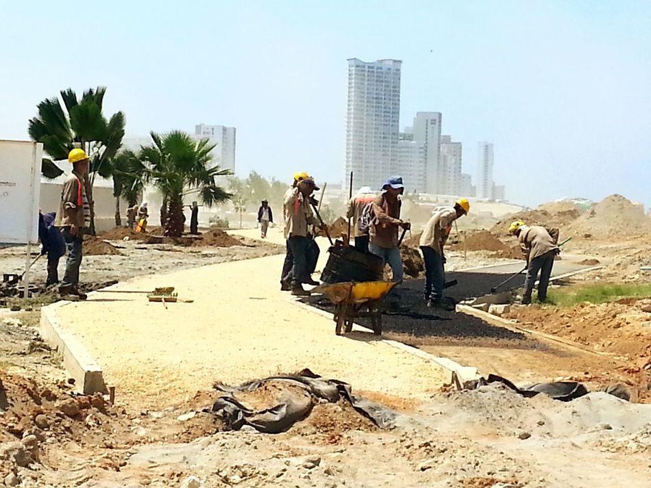 The Changing City Cartagena Se Transforma Construction Urbanexploration Urbanphotography Capturing Movement Arboles , Naturaleza Man At Work