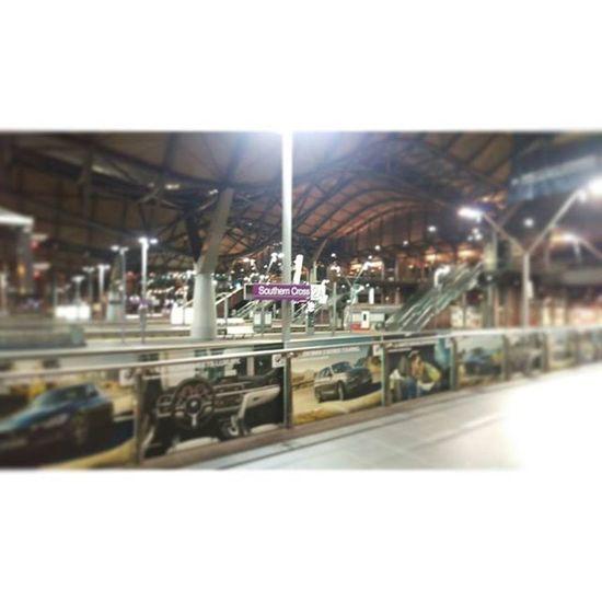 南十字星車站,深夜的月台,停駛的火車,有種說不出來的離愁 Southerncrossstation Nightview