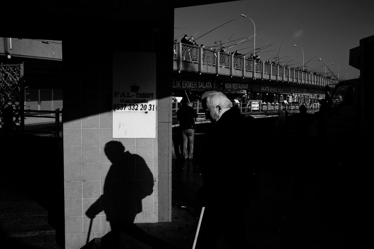 Turkey Türkiye Istanbul Galata Eminönü Sokak Sokakfotografi Streetphotography Golge Shadow Old Man Siyahbeyaz Blackandwhite