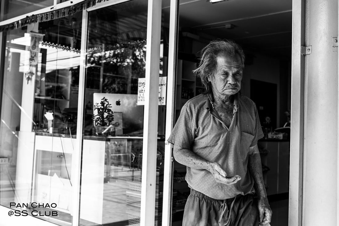 Up Close Street Photography Khorasan Lifestyles Vacations Focus On Foreground Outdoors Nature Documentary Photography Lensbaby  Bangkok Hello World Thailand Happy People Human Figures Photography Person Front View Restaurant Beachphotography Bangkok Thailand. Selective Focus Pattaya Thailand