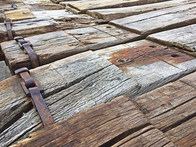Traviesas Tren Vía Ferrea Railroad Ties Wood - Material Old Wooden Ties Traversa Bahnschwelle Traverse Dormente Railway Track Rail Wooden Brown Close-up Deterioration No People Textured  Plank Large Group Of Objects Tren Ferrocarril Marron