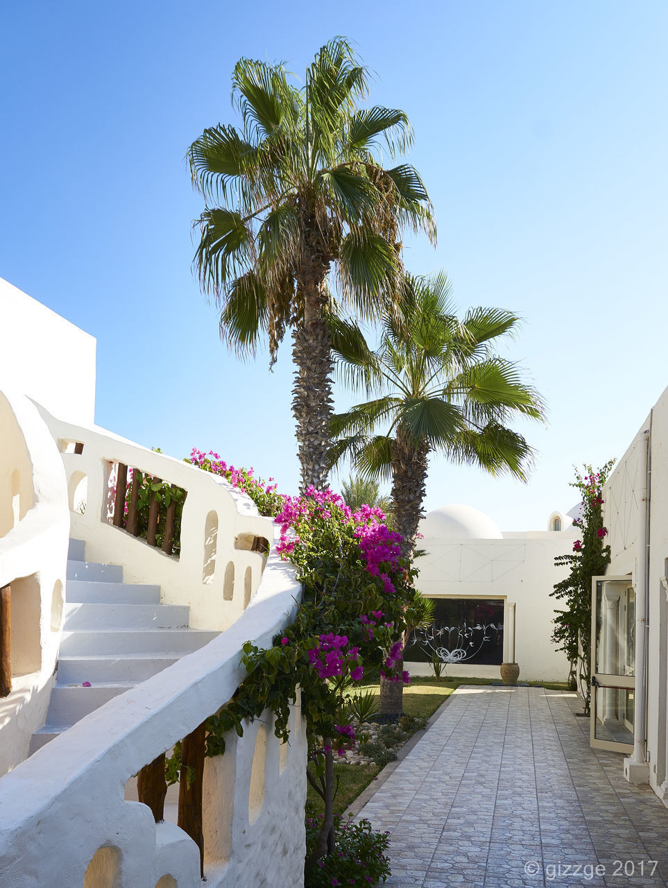 architecture, built structure, building exterior, no people, palm tree, tree, outdoors, clear sky, day, sky, whitewashed, nature, beauty in nature