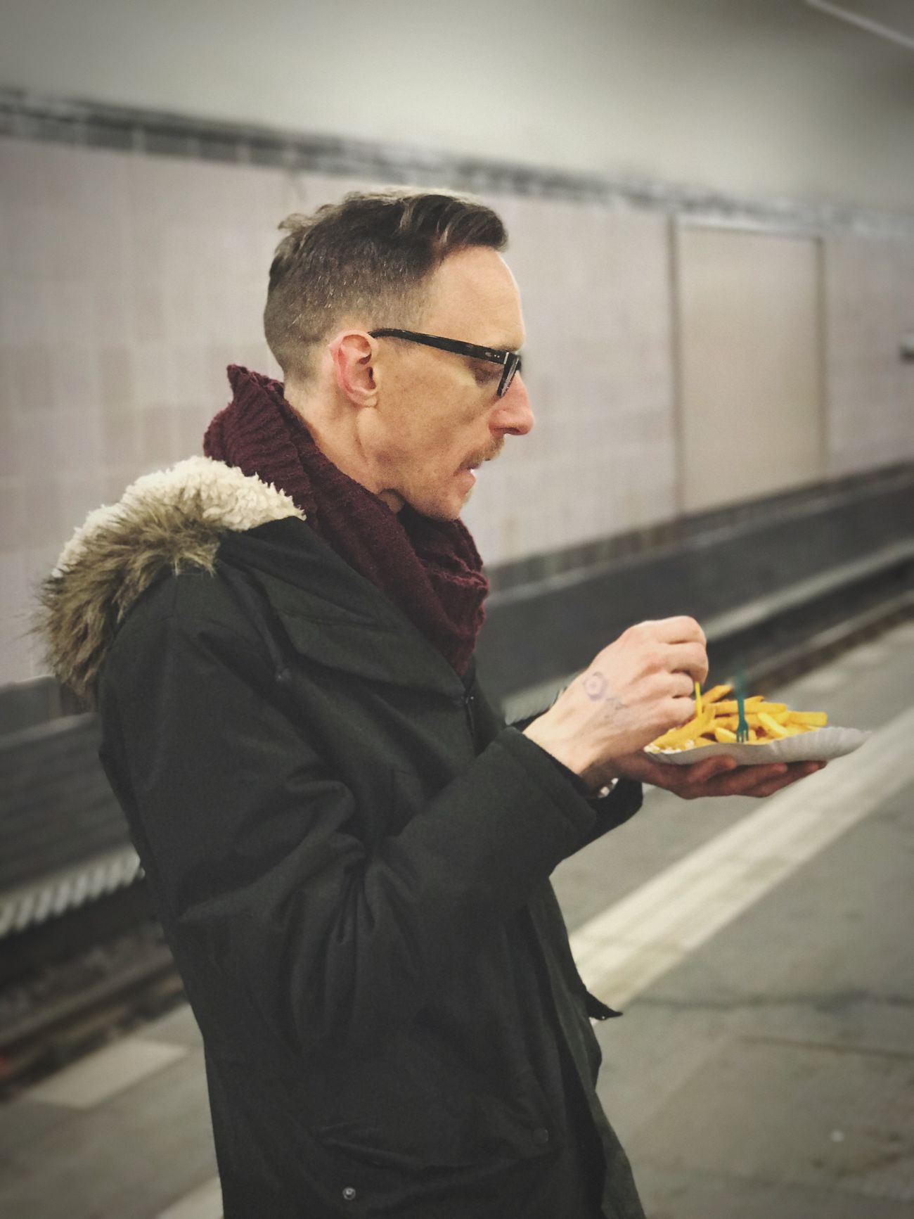EyeEm Selects Post Tresor fries Food Food And Drink Real People One Person Freshness Vegetable Holding Lifestyles Focus On Foreground Healthy Eating Eating Indoors  Eyeglasses  Day Young Adult People Man Cool Hamburger Schule Berlin S-bahn S-Bahn Berlin