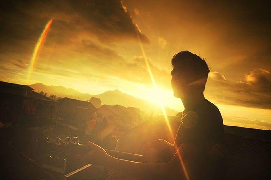 """Esok yang membebaskan, Dengan lantang ku teriakkan. Aku tanpamu langkah kakiku siap berlari. Terbang mengudara, tak bisa kau menahan. . . Location : Lubeg """"Padang """" . . . Exploresumatra ExploreSumatraBarat ExploreSumbar ExploreMinang Explorepadang Adventuresumbar Potretsumbar Sumbar_oke Sumbar_rancak Padang Okesumbar Sunset Mencariinspirasi"""