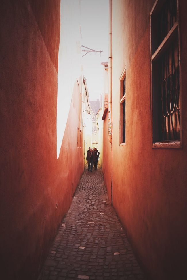 Narrow space (this is the narrowest street from Romania, called The Rope Street/Strada Sforii)... Made In Romania Eye4photography  Vscocam Hello World EyeEm Having Fun Taking Photos EyeEm Best Shots Enjoying Life Hanging Out Relaxing Traveling Travel Travel Photography Travel Destinations Travelphotography Traveller My Favorite Photo The Architect - 2016 EyeEm Awards Streetphotography City Life City
