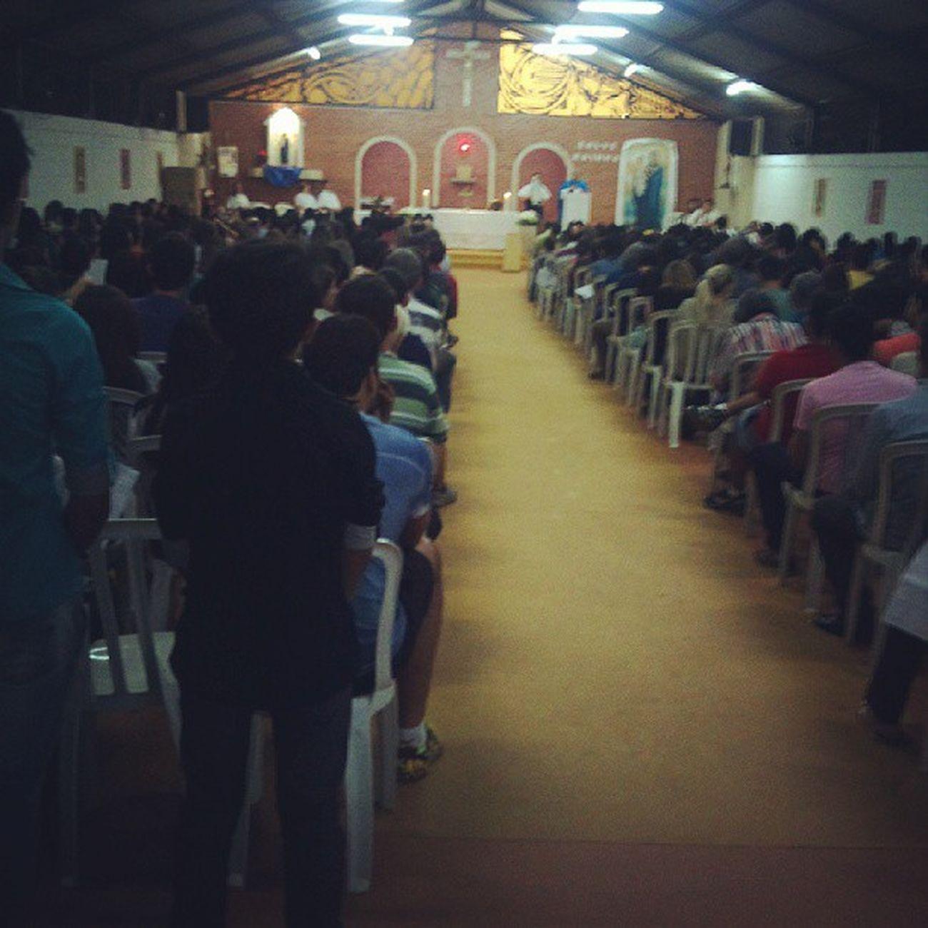 Terceiro dia de festa em louvor a Nossa Senhora Rainha dos Apóstolos, paróquia lotada, novena responsável pelos jovens - crisma.
