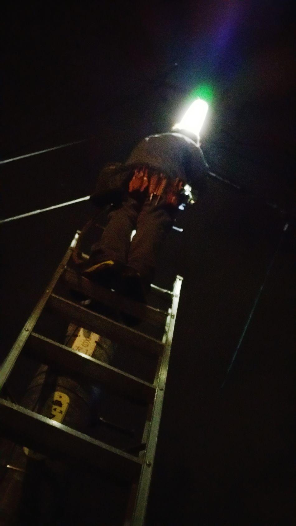連続投稿失礼します。写真、分かりにくいでしょうか?梯子の上、道路脇にある防犯灯の球換えをしている主人を見上げたところです。遠方での仕事が多い私達ですが、こうして地元の小さな灯りのメンテナンスもさせて頂いています。小さな灯りでも、大切な町を守る灯り。大切なお仕事だと実感します。 夜景 お仕事 電気屋さん