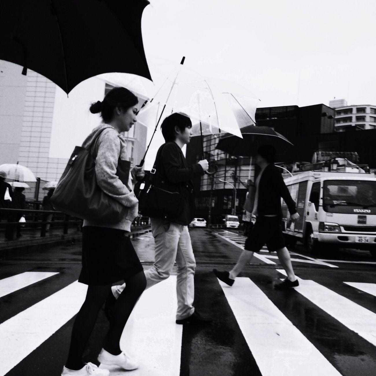 雨、降ってたー。 Rainy Days Crossroads Umbrella Monochrome_life Blackandwhite Streetphotography