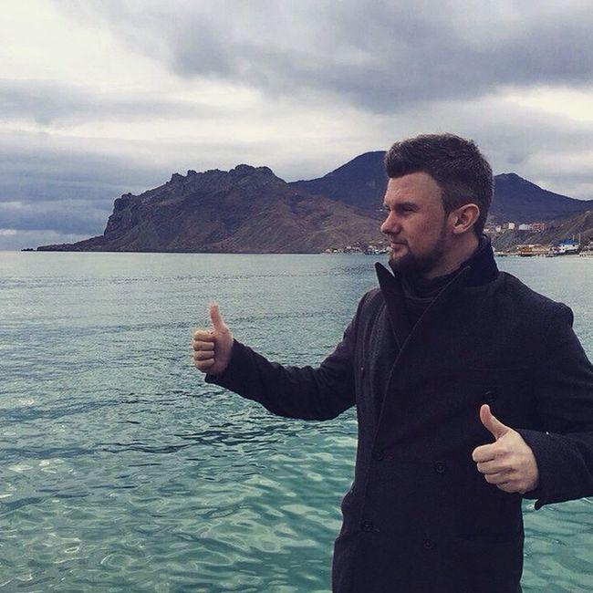 И вот представь, что стоишь ты на берегу моря, совсем один, а вокруг тебя царит спокойствие и тишина, слышится только шум прибоя, и ты стоишь, совсем один. Ты не одинок, ты свободен. Как море.