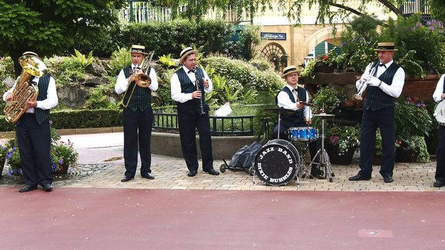 Musicians Music Is My Life Music Is Life Music Instrument Jazz Band Well Dressed Hats Chemise Gilet Trumpet And More...... Snapshot Frontal Shot a Day in the Amusementpark Amusememt Park Fake Life but Funny and Livable