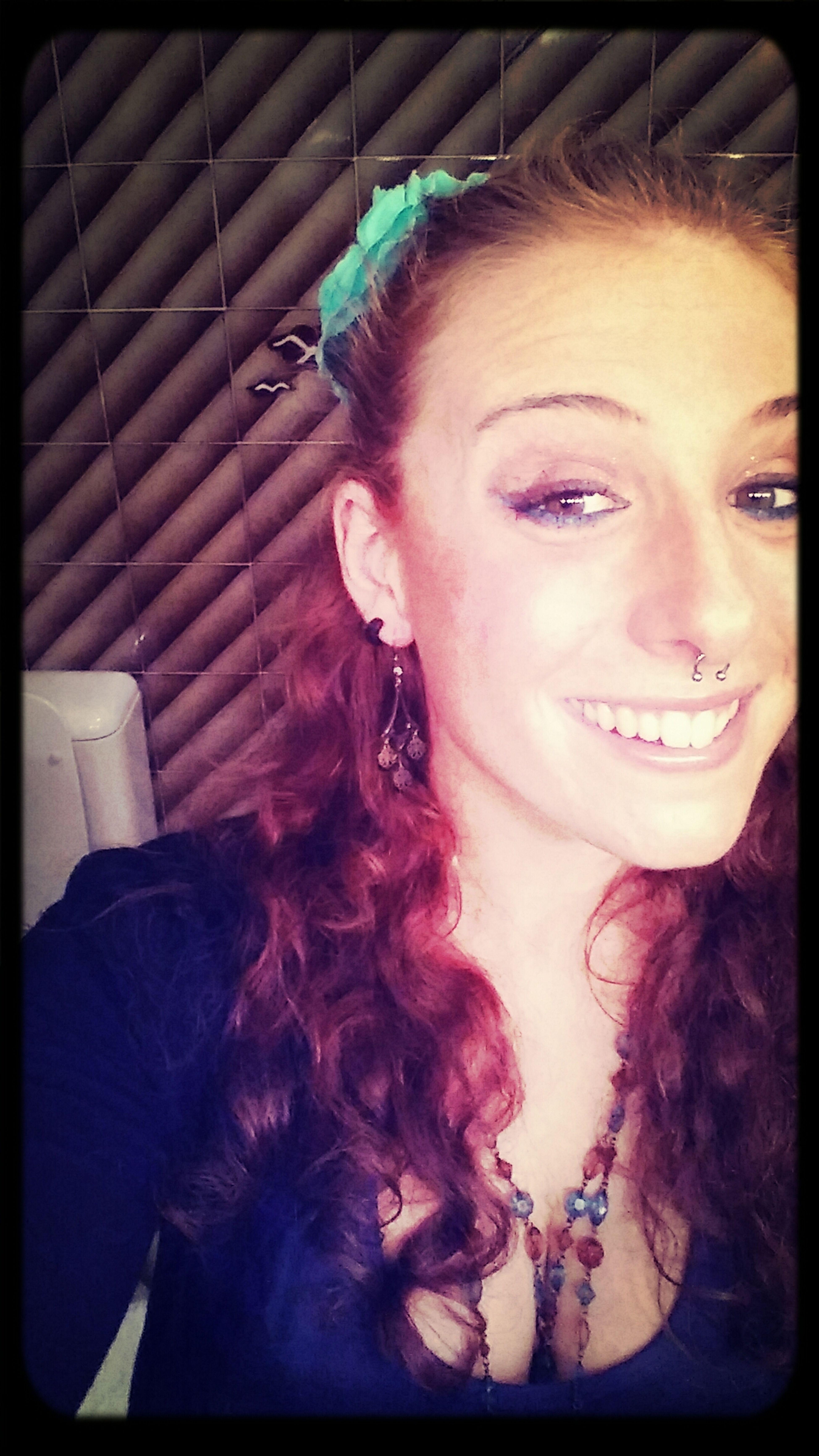 Ponte una flor en el pelo y sé felìz! :) Girl Redhead Flores En El Pelo