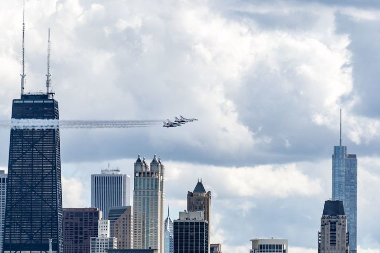 The US Air Force Thunderbirds rocket past the Chicago skyline. Aviation Jet Fighter Jet Air Force Skyline Cityscapes Chicago Chicago Architecture City Travel