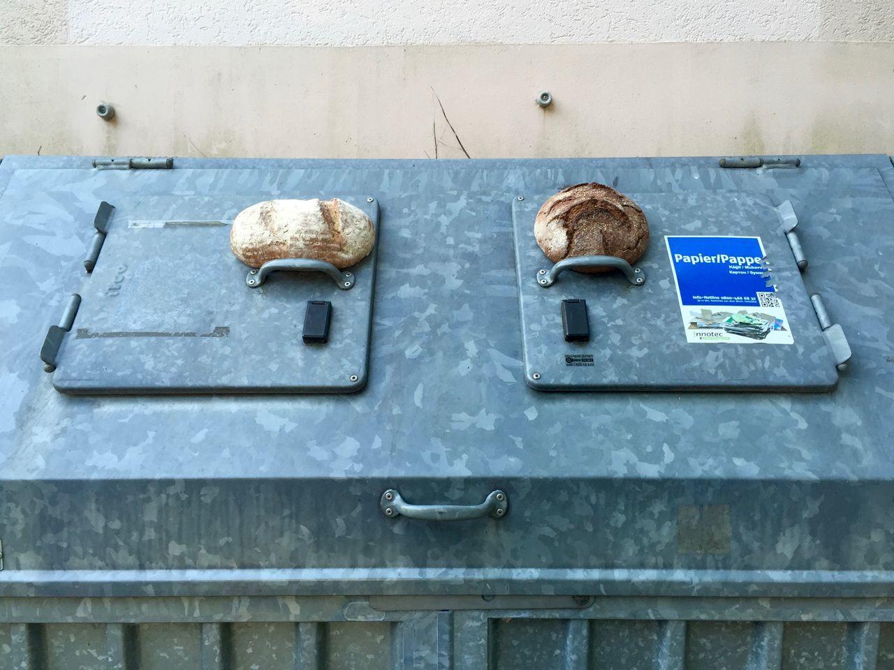 Brot für die Tonne Bread Brot Brotausgabe Hunger Müll Nahrungsmittel Verschwendung Wegwerfgesellschaft überfluss