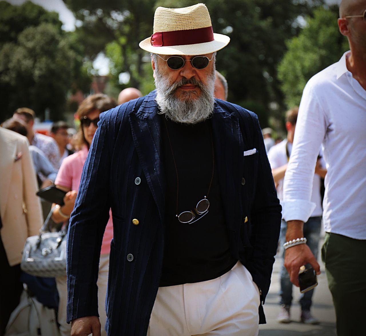 senior adult, senior men, real people, focus on foreground, outdoors, casual clothing, beard, men, day, lifestyles, standing, eyeglasses, people