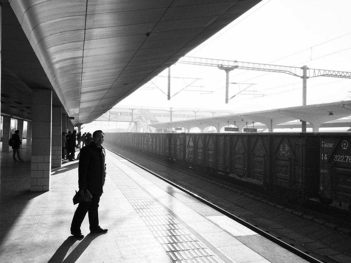 Light And Shadow Blackandwhite Train Public Transportation China 徘徊着的 在路上的 你要走吗 易碎的 骄傲着 那也曾是我的模样 沸腾着的 不安着的 你要去哪 via via 谜一样的 沉默着的 故事你真的在听吗 我曾经跨过山和大海 也穿过人山人海 我曾经拥有着一切 转眼都飘散如烟 我曾经失落失望失掉所有方向 直到看见平凡才是唯一的答案 当你仍然 还在幻想 你的