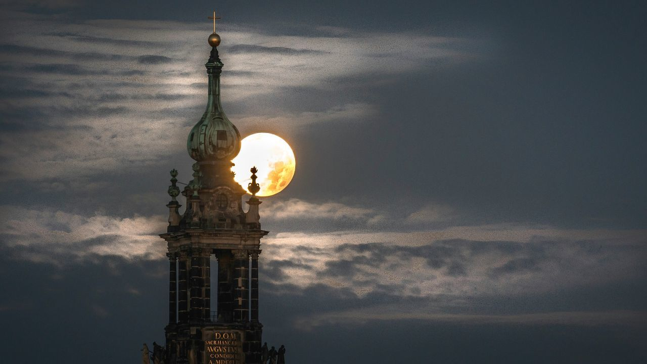 Setting moon. Check This Out Moon Moonlight Church Clouds Moonset Landscape Minimalism Minimalobsession Sky Cloudporn Clouds And Sky Shootermag Showcase: December Silhouette Silhouettes Tower Dresden - Barock Statt Beton Hofkirche EyeEm Best Shots Long Exposure Longexposurephotography Night Nightphotography Cities At Night