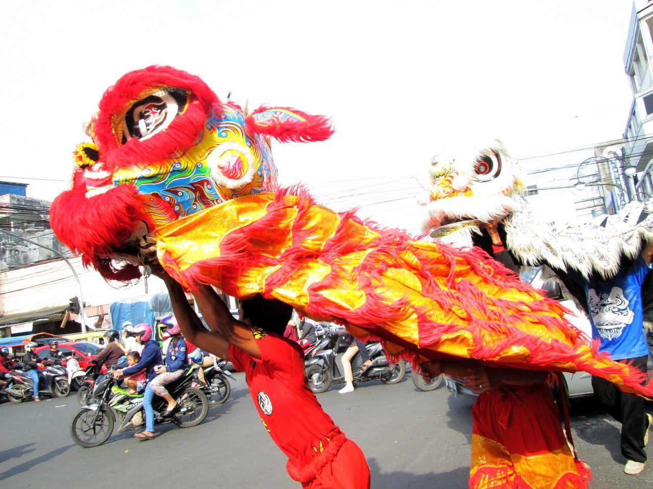 animal representation, dragon, land vehicle, chinese dragon, mode of transport, transportation, day, outdoors, animal themes, no people