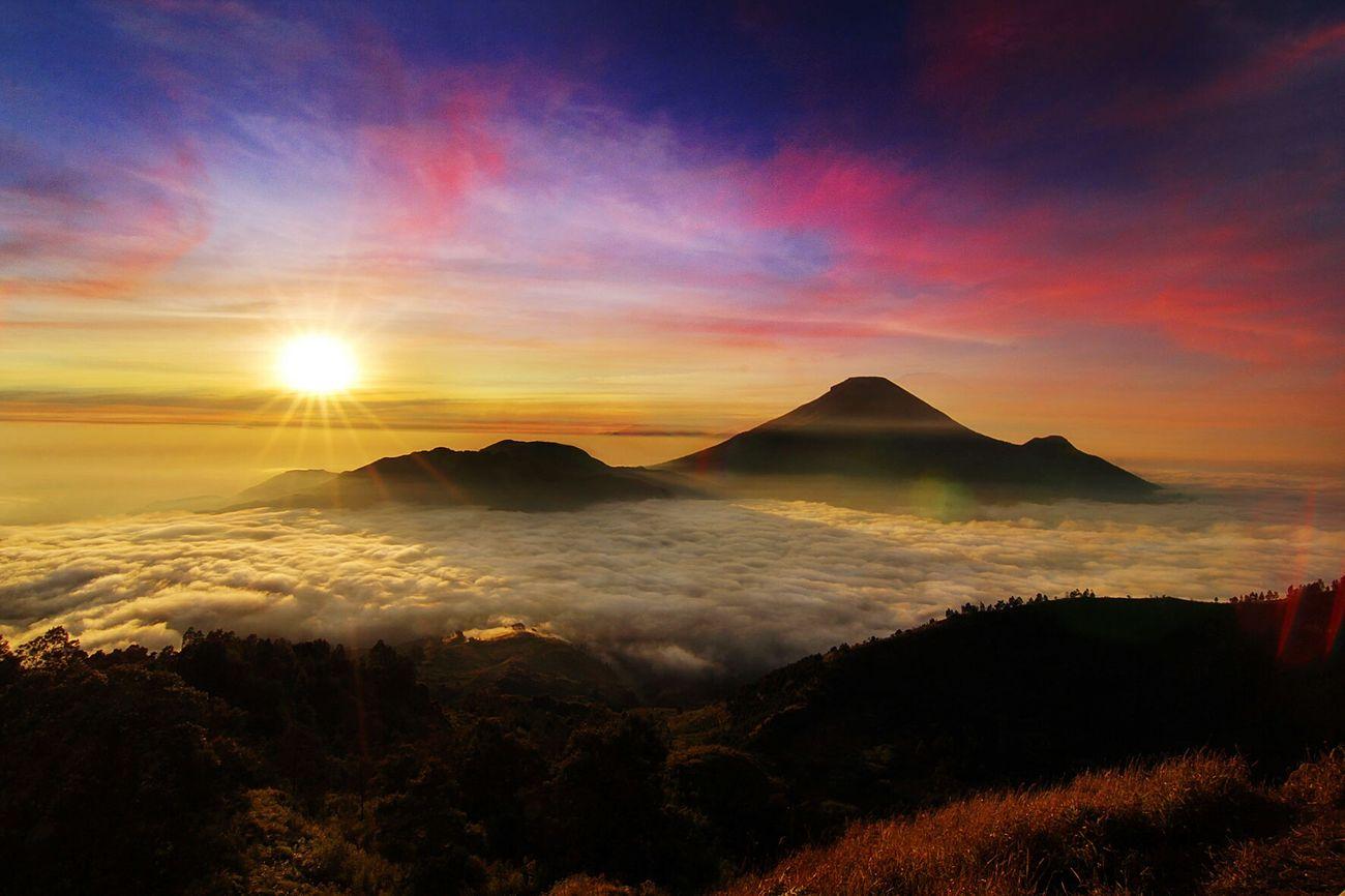 Sunrise #Dieng Ucapan Selamat Pagi Dari Puncak Bukit Sikunir #Sunrise #Dieng Location : Dieng, Indonesia