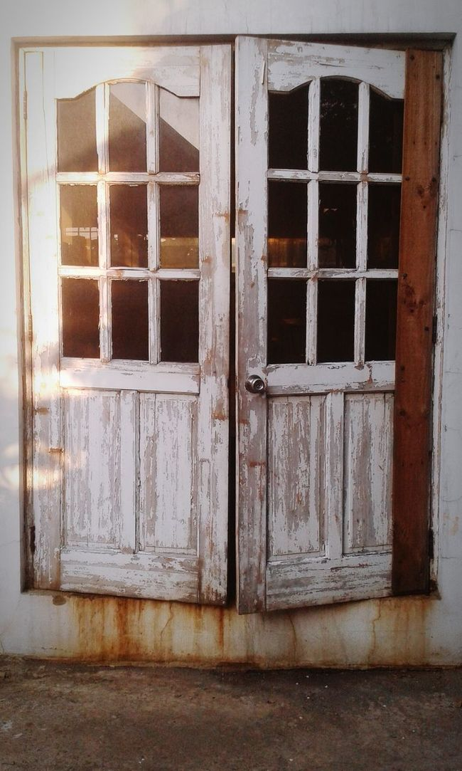 Open Up ... Old Door Rustic White Wall Worn Out Glass Door Abandoned House Vintage Learn & Shoot: Simplicity Learn & Shoot: Composition