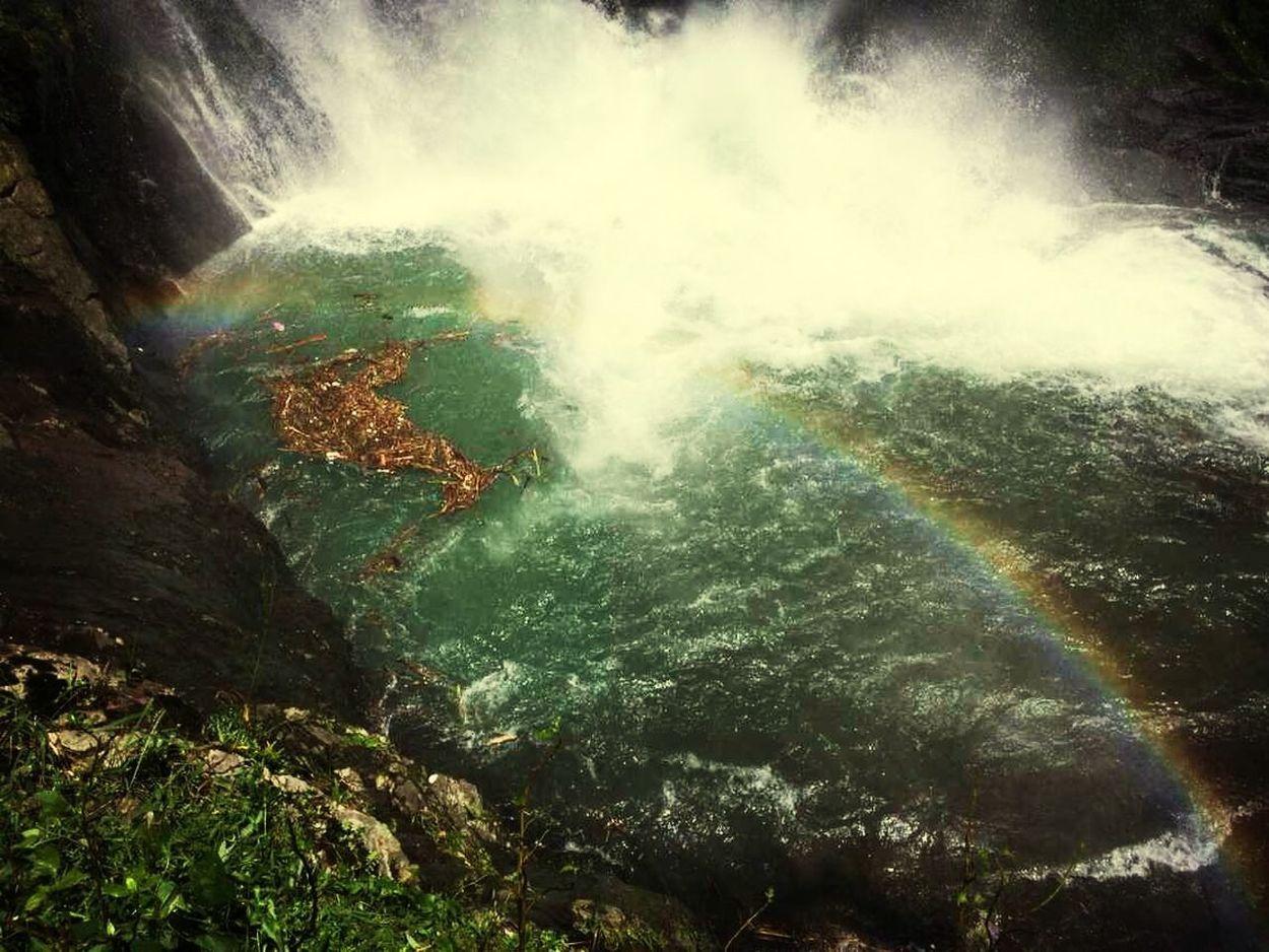 瀑布下的彩虹哦。