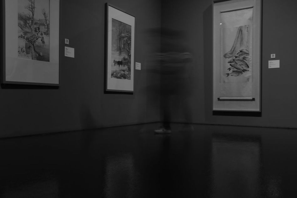 瞬时移动 Museum Indoors  Home Interior Architecture Domestic Room Painted Image People Moving Movement Lines And Shapes Looking Into The Future Differential Focus Relaxation Quality Time One Person Real People
