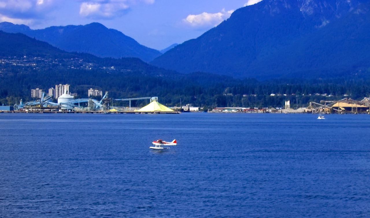 Wasserflugzeug-Landung Aeroboat Blue British Columbia Floatplane Hydroplane Idyllic Mode Of Transport Mountain Mountain Range Nautical Vessel Ocean Rippled Scenics Sea Travel Destinations Vancouver Water Waterfront Waterplane