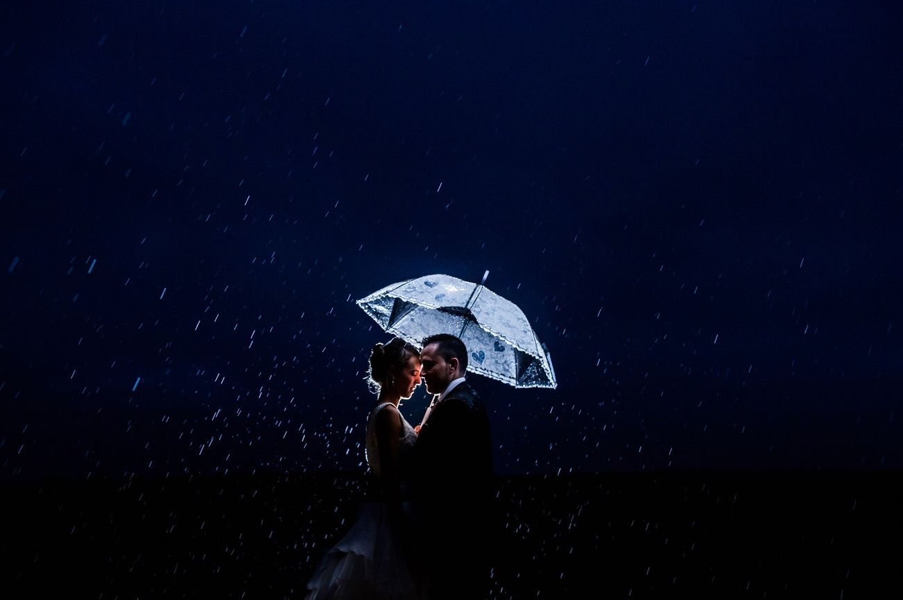 Rain Weddingphotographer SPAIN Bodas Bride And Groom Weddingphotography Photography Wedding Wedding Photography JohnnyGarcía Couple Water Wedding Photos Salamanca