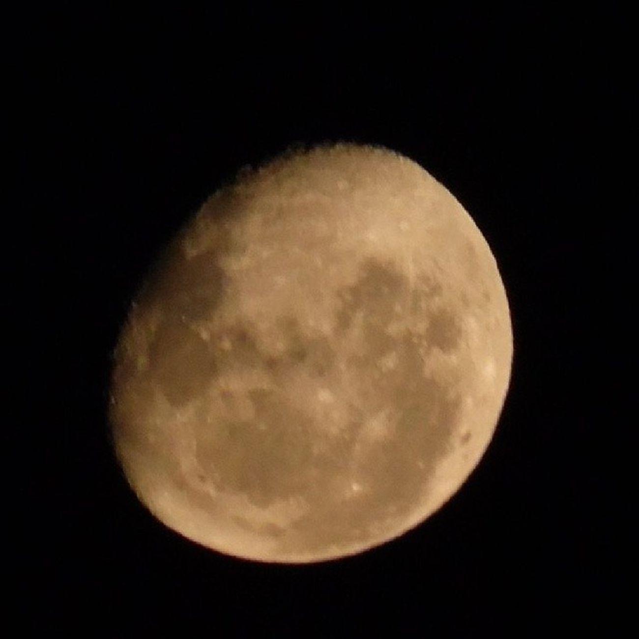 Meu canto é lua e silêncio Segredo dos pensamentos Que envelheceram no tempo Por uma prece -- olvidada - Que volta em canto de estrada Na lua clara dos ventos Meu Canto Lua dos Ventos - Lisandro Simões e Adriano Silva Alves
