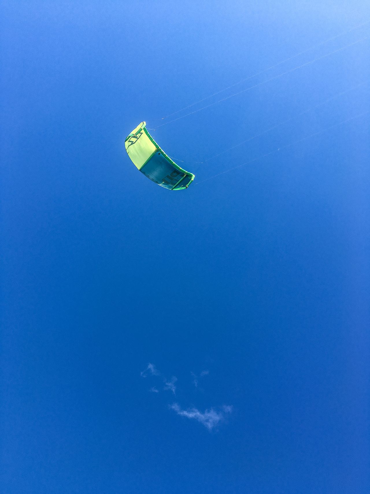 Adventure Beauty In Nature Blue Day Extreme Sports Flying Holidays Hot Air Balloon Kite Kitesurfing Leisure Activity Low Angle View Nature One Person Outdoors Sky Summer Transportation Vacations Water Activities Wing
