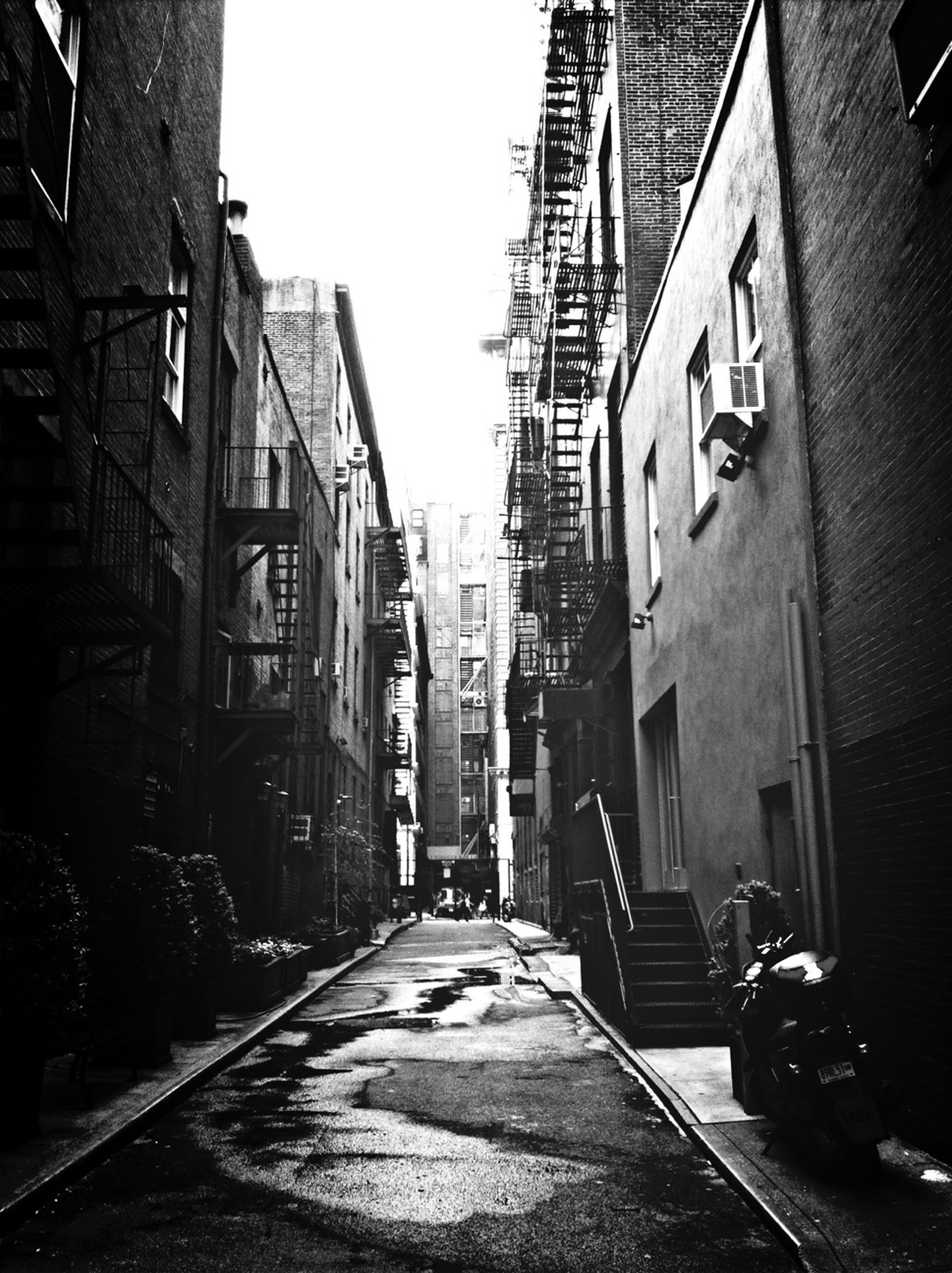 building exterior, architecture, built structure, the way forward, diminishing perspective, street, city, residential building, residential structure, clear sky, building, vanishing point, transportation, road, alley, residential district, narrow, house, outdoors, day