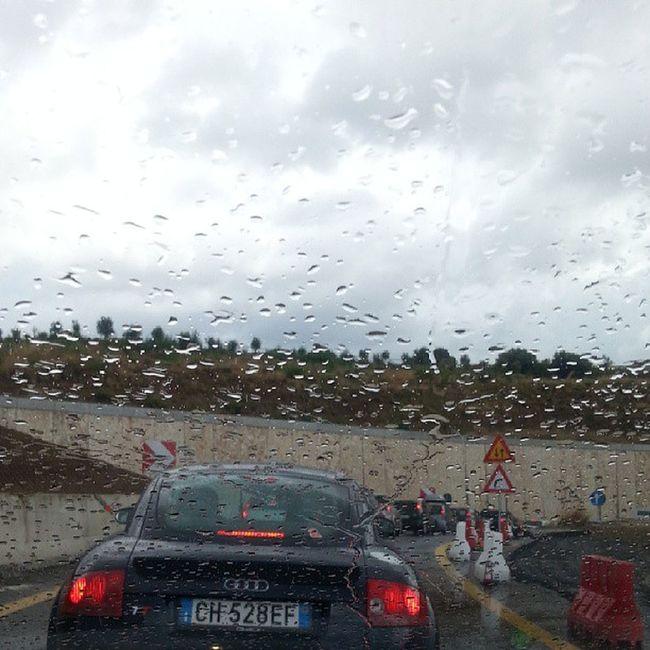Semana de ferragosto!!! O povo indo de ferias, com chuva e transito!! Qq semelhanca eh mera coincidencia ehehe Villasangiovanni Imbarco