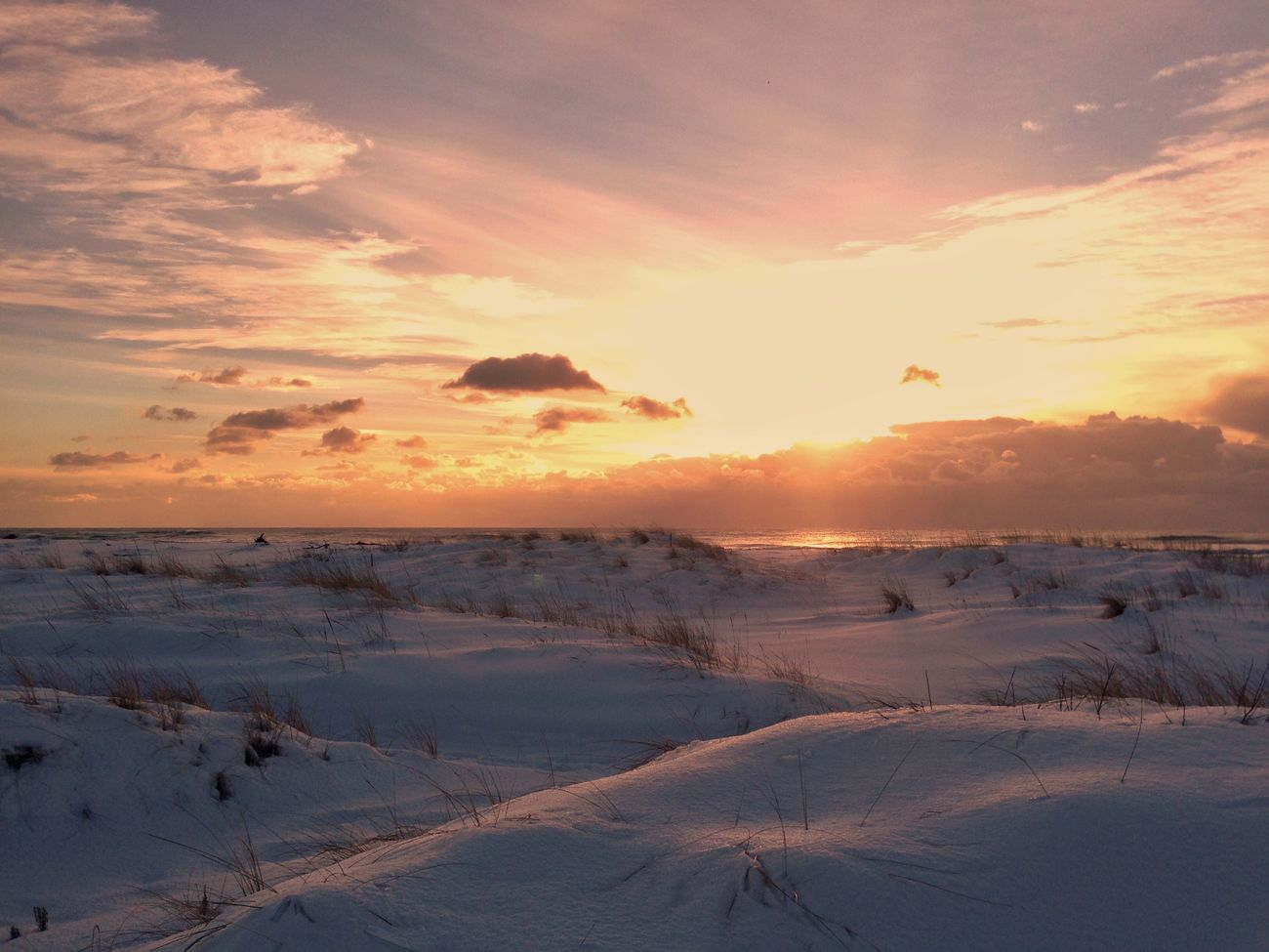 IPhone IPhoneography Mobilephotography Snow Winter Sunset Beauty In Nature Nature Sky EyeEm Nature Lover Cold Temperature Snow ❄ Surf Light And Shadow Beauty In Nature Sanset Collection Evning Sky Horizon EvningGlow