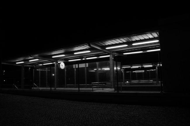Illuminated Lighting Equipment Night Factory Indoors  No People Architecture Industry Gare Estación De Tren Comboio Trainstations Travel Clock Frontporch Preto E Branco Noir Et Blanc Black And White