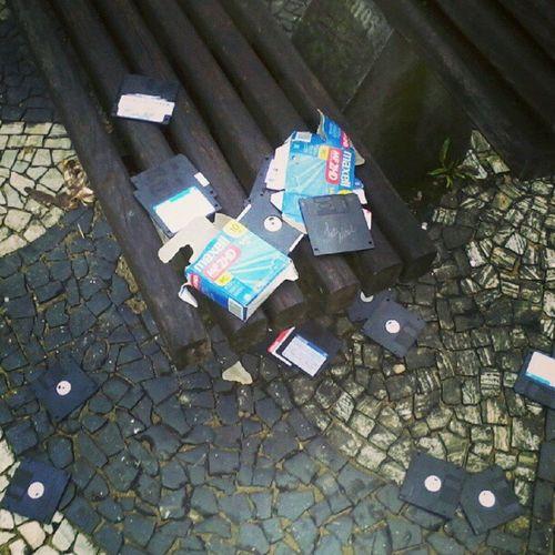 Chego aqui na praça Rui Barbosa, na cidade de Santos, e ao esperar a van que me leva ao trabalho, olho para o lado e encontro essa imagem impressionante: fósseis de idosos brutalmente destruídos no chão, ao relento. Que desumanidade. Tragedia Disquetes InstaGordo