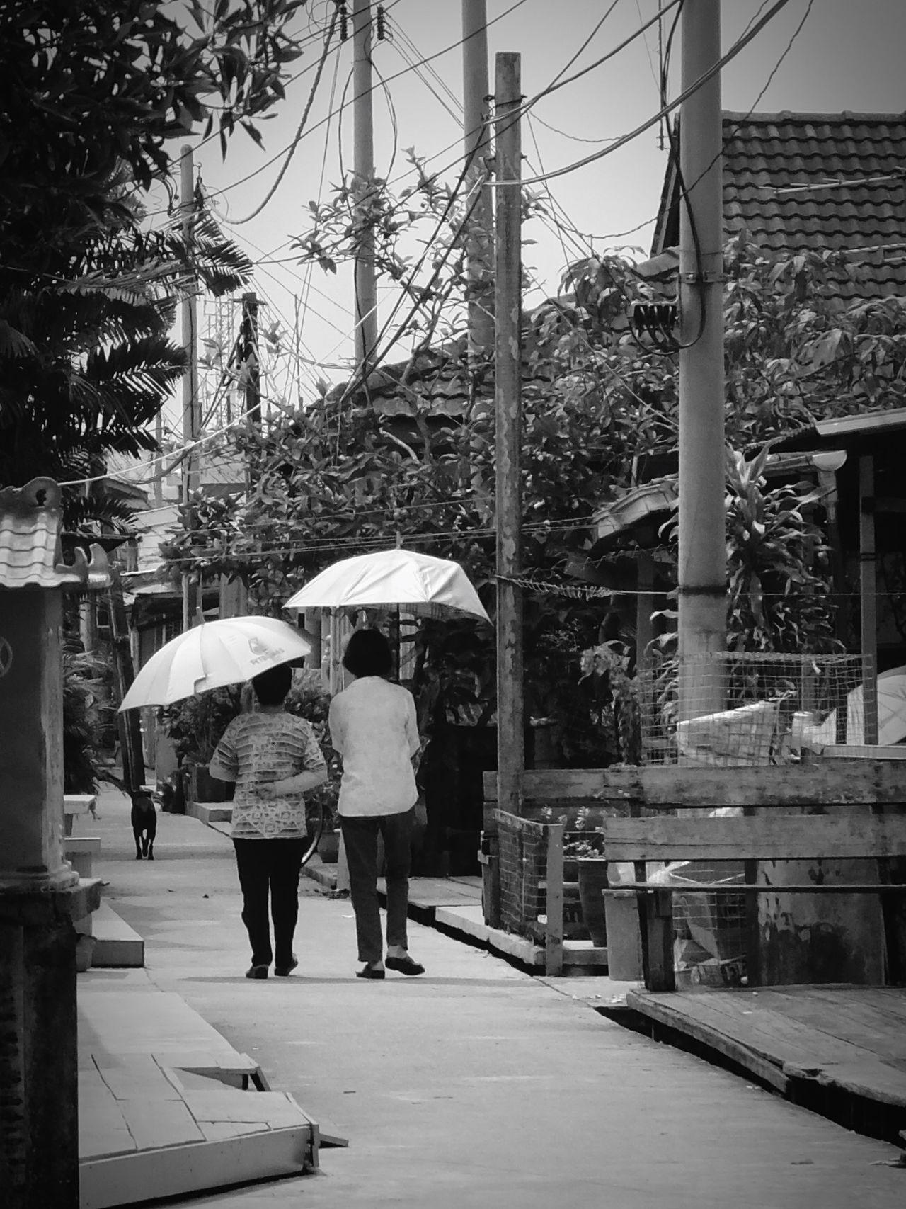 Streetphoto_bw Black & White Women Walking Around Street Photography Fortheloveofblackandwhite Bnw_friday_eyeemchallenge Monochrome