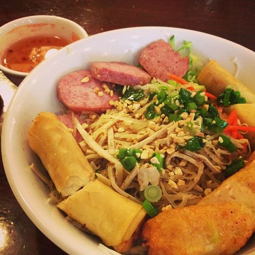 Because I'm a fan of the really late lunch... Combo bún with spring roll, pork ball & sugar cane prawn