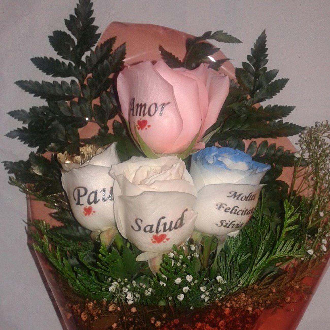Ramo de rosas con los petalos tatuados con dedicatorias personalizadas. Http://graficflower.com Regalopersonalizado RegaloDeCumpleaños Regalodeaniversario Regalooriginal Regalarflores Ramodeflores  Ramoderosas Ramosderosas Ramosdeflores Rosasazules Rosaadomicilio Rosaazul