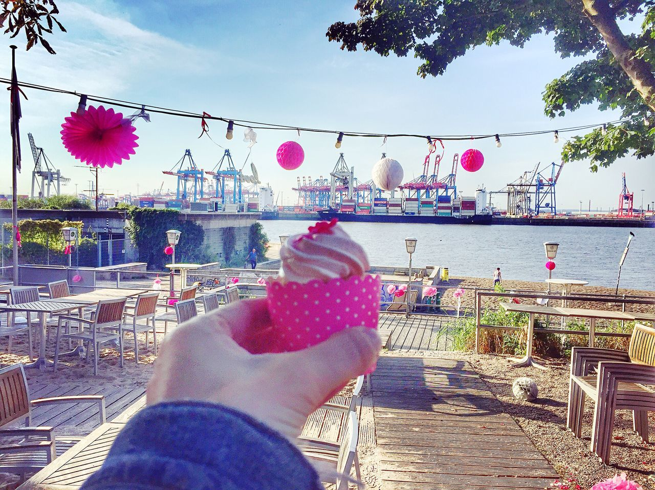 Pink Cupcake infront of Hamburg Harbour Wedding Party Leftover